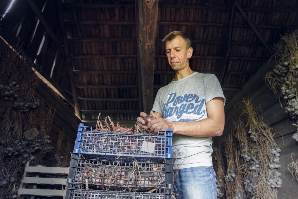 Фото: Дмитрий Лутаев, глава личного подсобного хозяйства, лучшего в Черноморском регионе. Фото Вадима Стрельцова